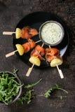 与熏制鲑鱼和土豆的开胃菜 免版税图库摄影