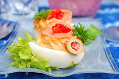 与熏制鲑鱼和红色鱼子酱的鸡蛋 库存照片