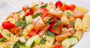 与熏制鲑鱼和菜的意大利面制色拉 库存图片