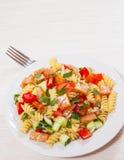 与熏制鲑鱼和菜的意大利面制色拉 免版税库存图片