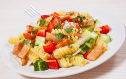 与熏制鲑鱼和菜的意大利面制色拉 库存照片