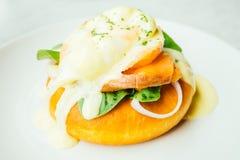 与熏制鲑鱼和鸡蛋本尼迪克特的多福饼面包 图库摄影