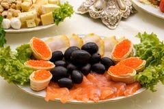 与熏制鲑鱼快餐的红色鱼子酱 俄国烹调开胃菜 免版税图库摄影