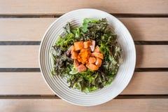 与熏制鲑鱼日本食物样式的蔬菜叶沙拉 免版税库存图片