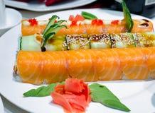 与熏制鲑鱼的寿司卷 免版税库存照片