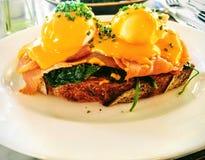 与熏制鲑鱼的鸡蛋本尼迪克特早餐和早午餐的 图库摄影