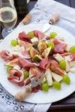 与熏火腿、无花果、乳酪和葡萄的开胃菜 库存图片