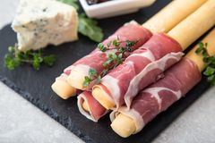 与熏火腿、火腿、青纹干酪和各式各样的tomat的开胃菜 免版税图库摄影