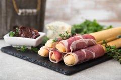与熏火腿、火腿、青纹干酪和各式各样的tomat的开胃菜 库存照片