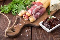 与熏火腿、火腿、青纹干酪和各式各样的tomat的开胃菜 库存图片