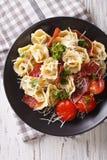 与熏火腿、蕃茄和巴马干酪关闭的意大利意大利式饺子 免版税图库摄影