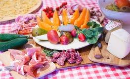 与熏火腿和果子的典型的托斯卡纳烹调。 免版税库存图片