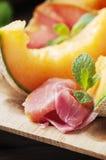 与熏火腿和甜新鲜的瓜的意大利开胃小菜 库存图片
