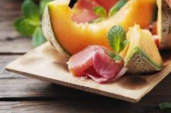 与熏火腿和甜新鲜的瓜的意大利开胃小菜 免版税库存图片