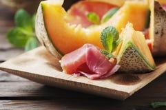 与熏火腿和甜新鲜的瓜的意大利开胃小菜 库存照片