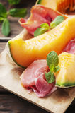 与熏火腿和甜瓜的意大利开胃小菜 免版税库存照片