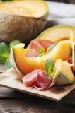 与熏火腿和甜瓜的意大利开胃小菜 免版税库存图片