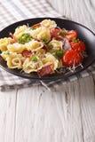 与熏火腿和巴马干酪的新近地煮熟的意大利式饺子在制地图 免版税库存图片