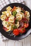 与熏火腿和巴马干酪的新近地煮熟的意大利式饺子在制地图 免版税库存照片