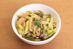 与熏火腿和broccolis的Penne面团 库存照片