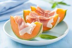 与熏火腿的甜瓜瓜 意大利开胃菜 免版税库存照片