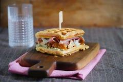 与熏火腿,黄蘑菇和乳脂干酪膳食的奶蛋烘饼三明治 免版税库存照片