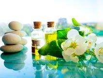 与熏衣草油和花的温泉静物画在木桌上,在轻的背景,在瓶的芳香疗法精油 图库摄影