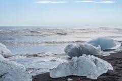 与熔化的冰山的海滩 免版税库存照片