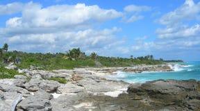 与熔岩岩石的加勒比海滩背景 免版税库存图片