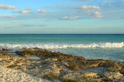 与熔岩岩石的加勒比海滩背景 免版税库存照片