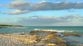 与熔岩岩石的加勒比海滩背景 库存照片