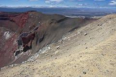 与熔岩流的红色火山口 库存图片