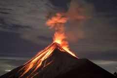 与熔岩的火山爆发在晚上夺取了,在火山开火在危地马拉 免版税库存图片