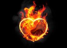 与燃烧的灼烧的心脏形状在黑背景发火焰 免版税库存图片