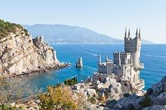 与燕子的巢城堡的黑海海岸线 免版税库存照片