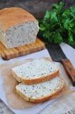 与燕麦剥落、油麻和黑芝麻籽的家制面包 库存图片