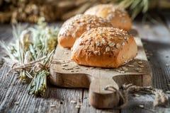 与燕麦剥落的健康和新卷 图库摄影