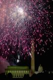 与爆炸在林肯纪念堂、华盛顿纪念碑和U的烟花的美国独立纪念日庆祝 S 在华盛顿之下的蓝色明亮的c国会大厦d 12月s天空u 库存照片
