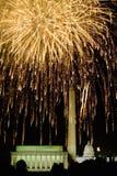 与爆炸在林肯纪念堂、华盛顿纪念碑和U的烟花的美国独立纪念日庆祝 S 在华盛顿之下的蓝色明亮的c国会大厦d 12月s天空u 图库摄影