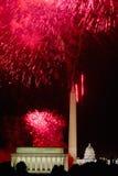 与爆炸在林肯纪念堂、华盛顿纪念碑和U的烟花的美国独立纪念日庆祝 S 在华盛顿之下的蓝色明亮的c国会大厦d 12月s天空u 免版税库存照片