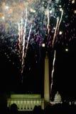 与爆炸在林肯纪念堂、华盛顿纪念碑和U的烟花的美国独立纪念日庆祝 S 在华盛顿之下的蓝色明亮的c国会大厦d 12月s天空u 库存图片