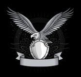 与爪的Spred Winge老鹰在盾 免版税库存图片
