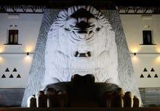 与爪雕象的白色狮子 图库摄影