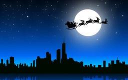 与爬犁的圣诞老人飞行在夜城市-传染媒介 免版税库存图片