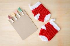 与爱夹子和红色婴孩袜子的白纸笔记在木ba 库存图片