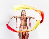 与爱好者和丝带的阿拉伯舞蹈由一名美丽的肥满妇女执行了 库存图片