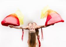 与爱好者和丝带的阿拉伯舞蹈由一名美丽的肥满妇女执行了 免版税库存照片