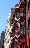与爱尔兰标志的老砖瓦房在防火梯 库存照片