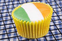 与爱尔兰颜色的香草杯形蛋糕 库存图片