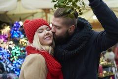 与爱恋的人的圣诞节市场 免版税图库摄影